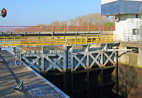 force monitoring on lock gate